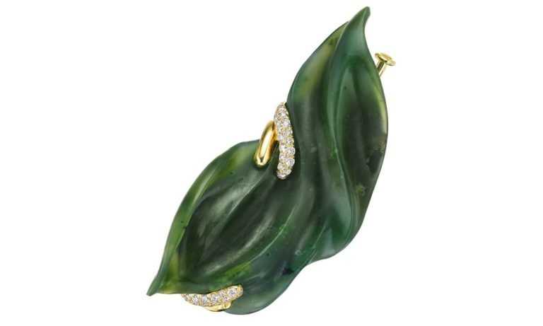 Leafy Summer Garden Brooch Hand-carved nephrite jade, 44 VS-FG white diamonds, 18K yellow gold, blackened sterling silver. H: 57 mm W: 6 mm D: 15 mm